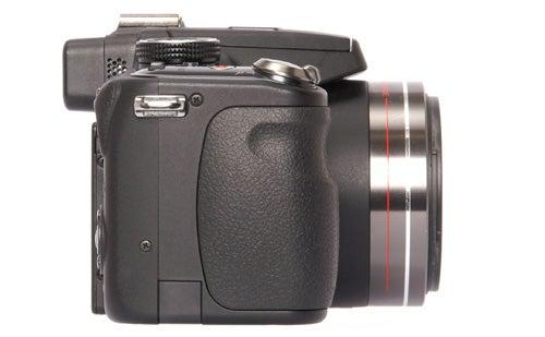 Panasonic Lumix DMC-FZ100 side