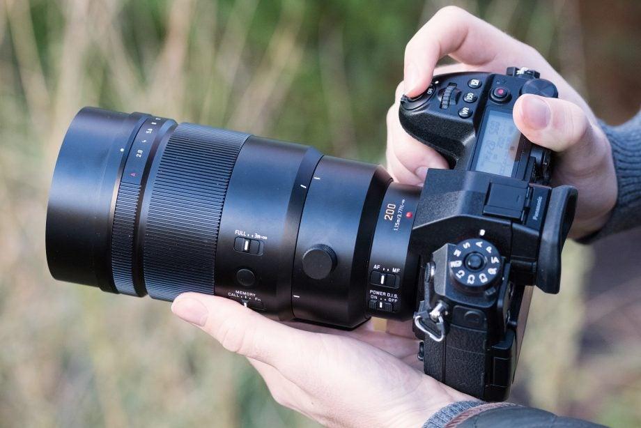'Panasonic Leica DG Elmarit 200mm f/2.8 Power O.I.S.' from the web at 'http://ksassets.timeincuk.net/wp/uploads/sites/54/2018/01/DSC_7627-920x614.jpg'