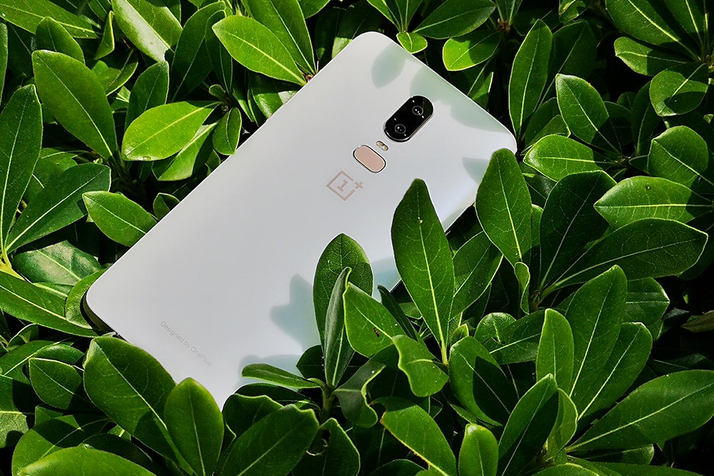 OnePlus 6 Silk White leaves 3/4 view