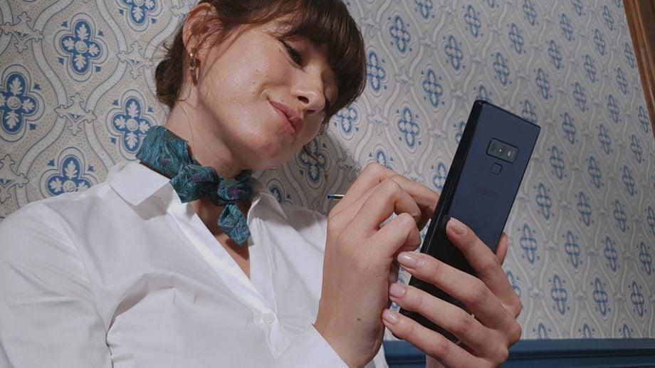 Samsung Galaxy Note 9 neck scarf woman drawing press image