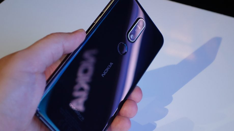 Nokia 7.1 hands on glass back