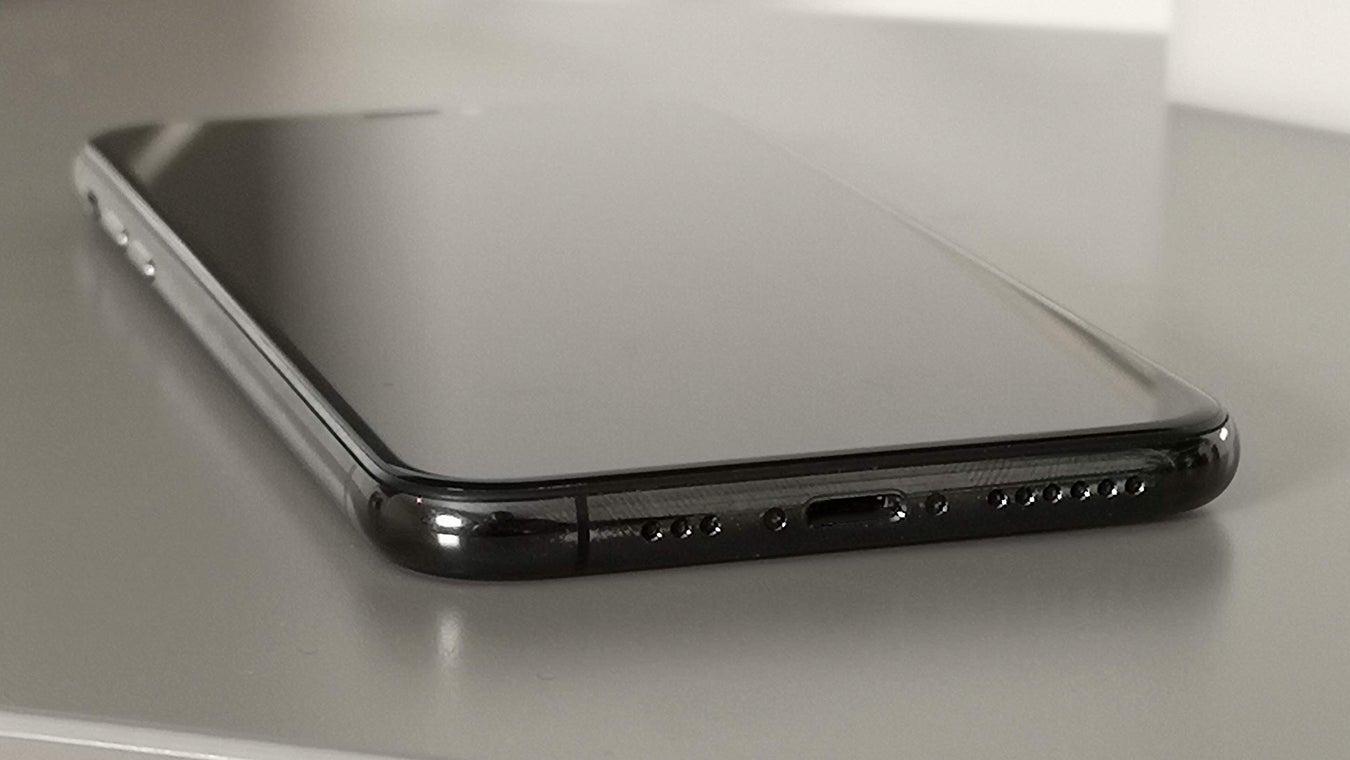 iPhone XS 3/4 view Lightning port