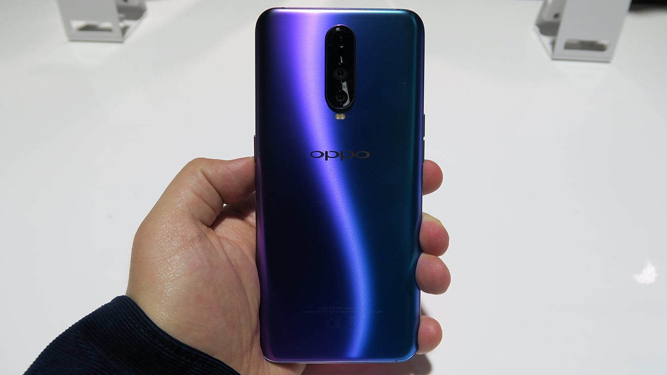 Oppo RX17 Pro hands on back handheld