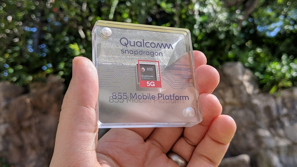 Qualcomm Snapdragon 855 in case in hand 2