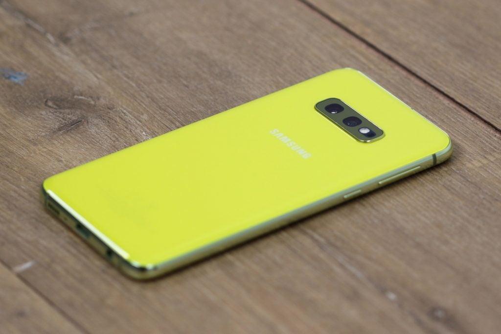Samsung Galaxy S10e снова на столе справа