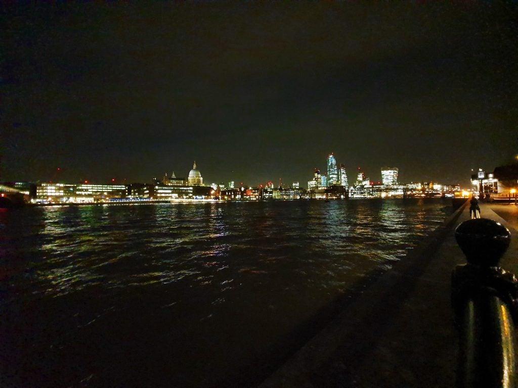 Samsung Galaxy S10e образец камеры ночью в ширину