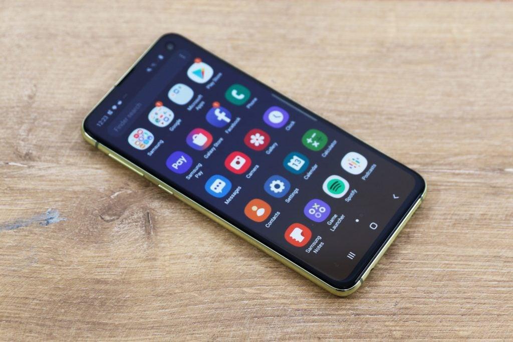 Samsung Galaxy S10e спереди на столе слева