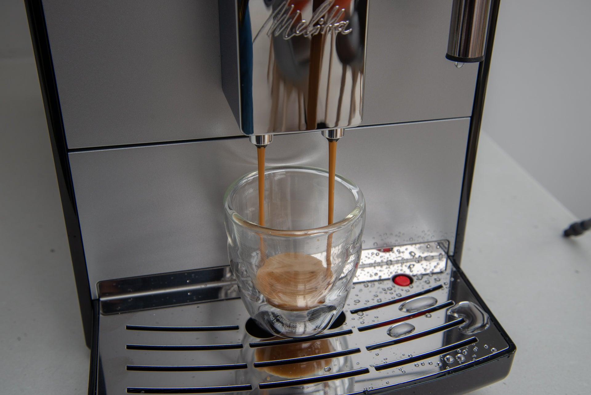 Melitta Caffeo Solo & Perfect Milk pouring espresso