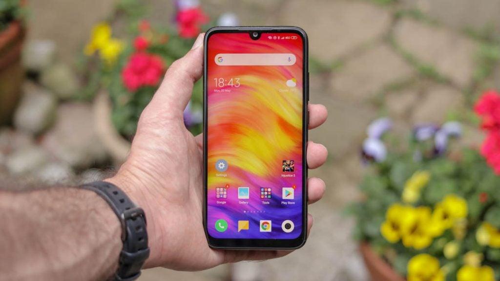 Xiaomi Redmi Note 7 cầm tay thẳng phía trước