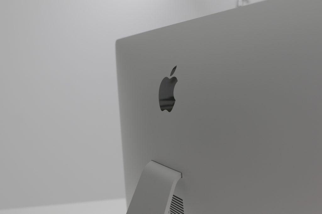 Huhutaan, että iMac 2021: llä on tasainen selkä, mikä merkitsee muutosta vuoden 2019 iMacin kaarevaan muotoiluun