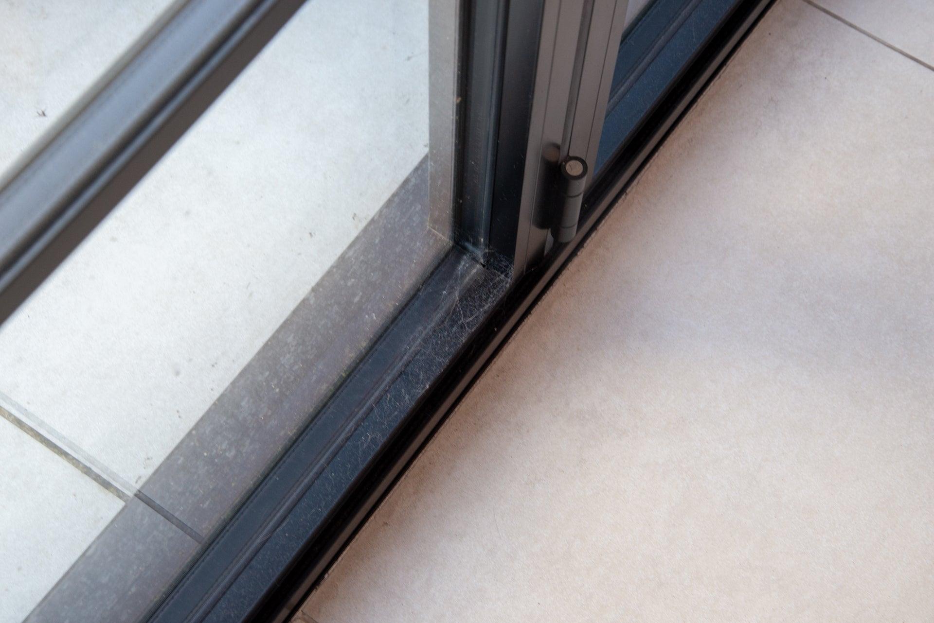 Hoover H-Handy 700 dirty window