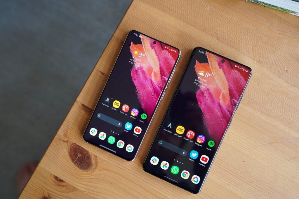 Samsung Galaxy S21 Ultra vs Samsung Galaxy S21. Front shot of the screens.