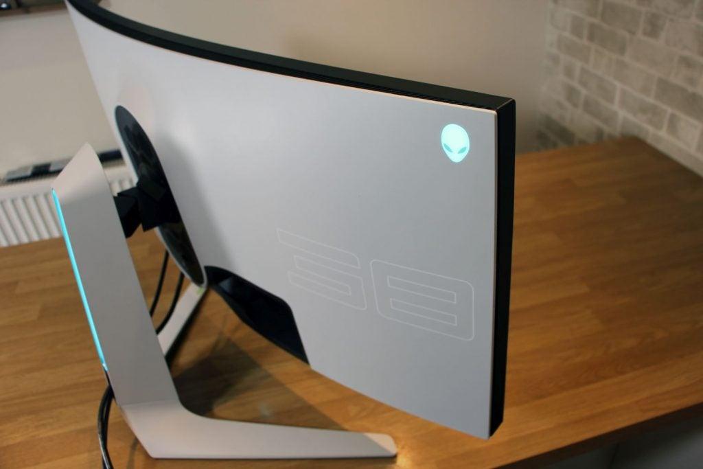 Задняя панель Alienware AW3821DW со светящимся логотипом Alien