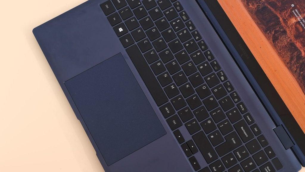 Bàn di chuột và bàn phím của máy tính xách tay