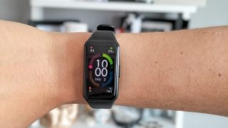 honor band 6 in use and on wrist