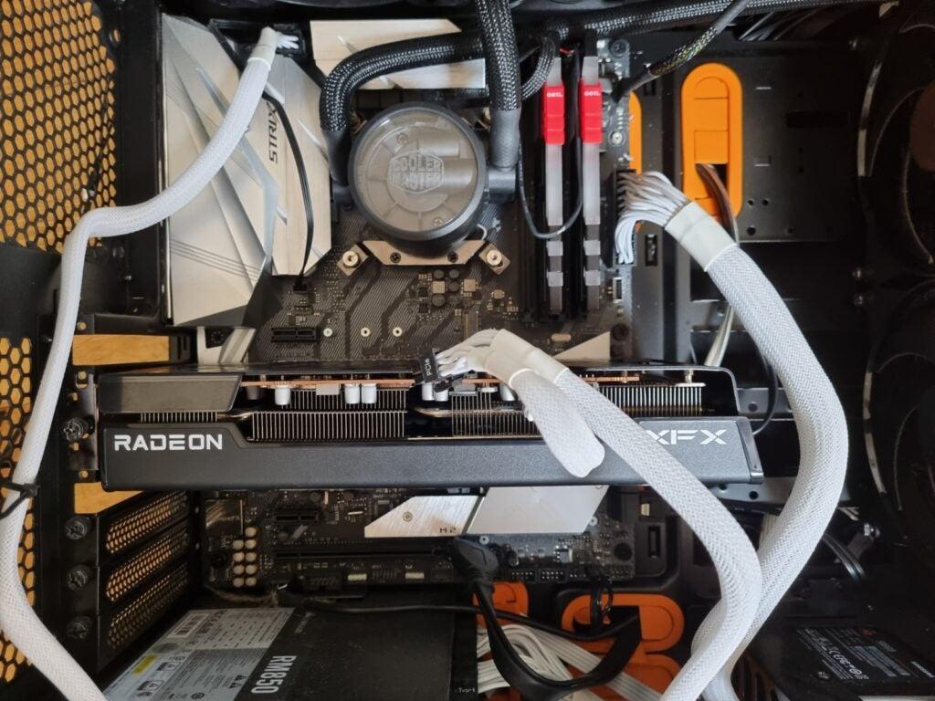 RX 6600 XT на испытательном стенде