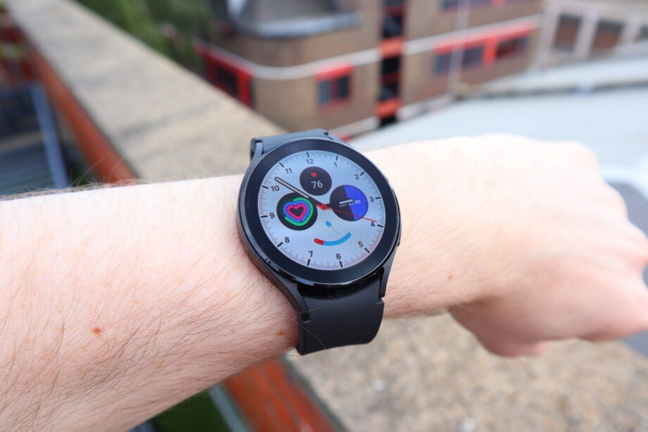 A traditional Galaxy Watch 4 watch face with several complications