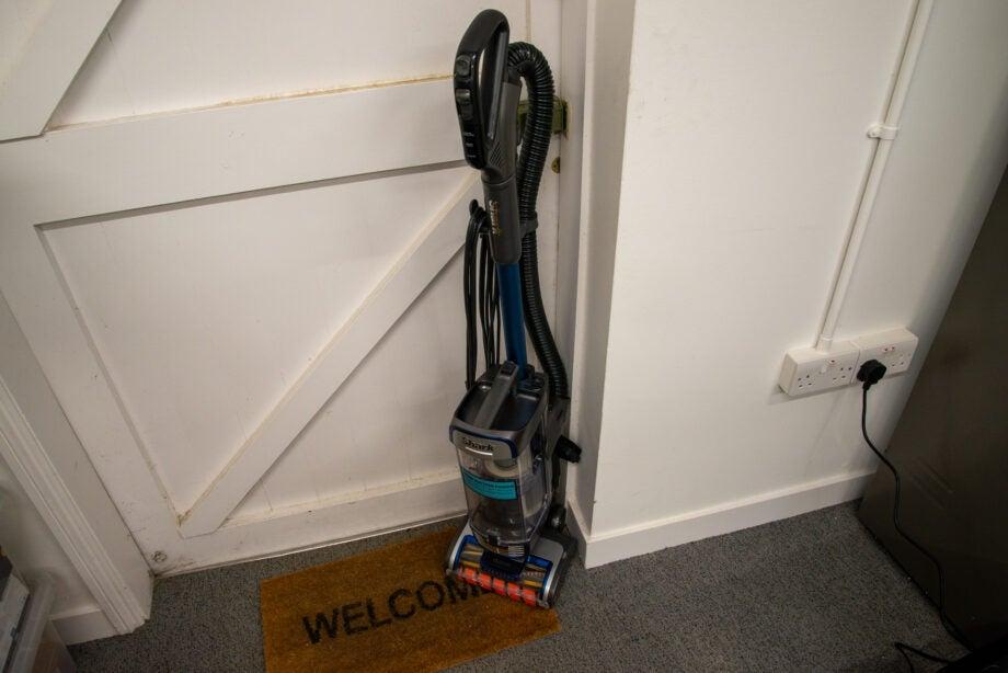Shark Anti Hair Wrap Upright Vacuum Cleaner with Powered Lift-Away and TruePet NZ850UKT hero