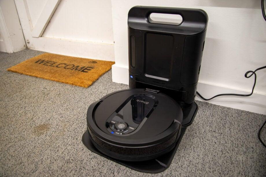 Shark IQ Robot XL Vacuum R101AEW with Self-Empty Base hero