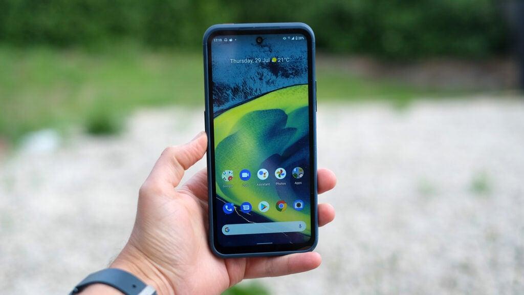 Как держать Nokia XR20 в руке