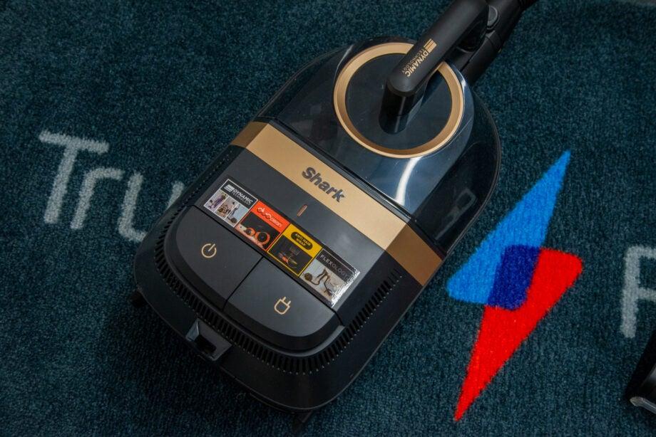 Shark Bagless Cylinder Vacuum Cleaner CZ500UKT hero