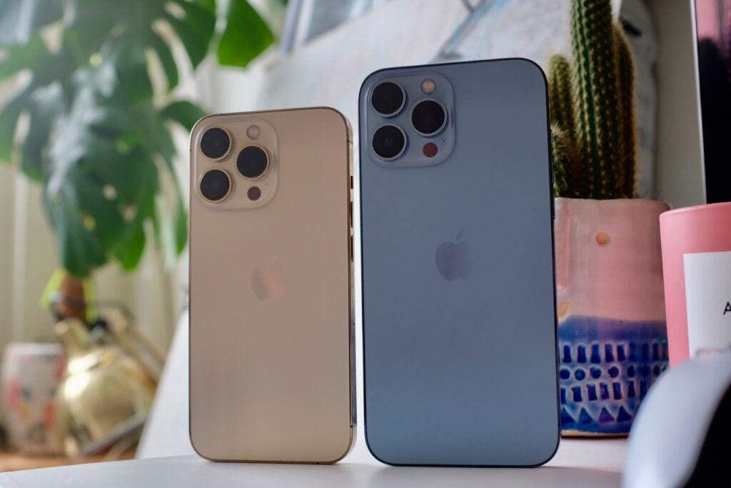 La parte trasera de los dos modelos de iPhone 13 Pro